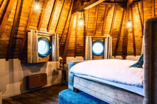 Een bed of bedden in een kamer bij De Gevangentoren Suite