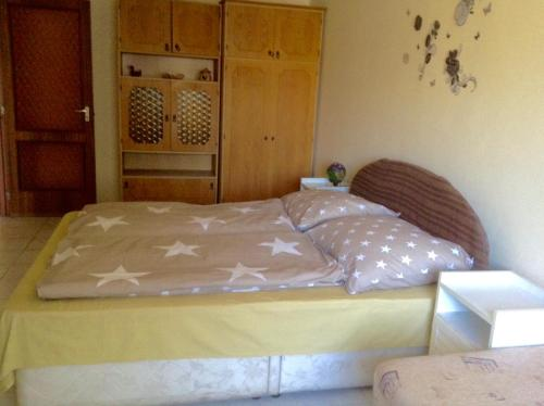 A bed or beds in a room at Král Panzió