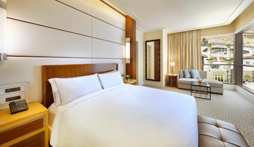 Cama ou camas em um quarto em Conrad Makkah