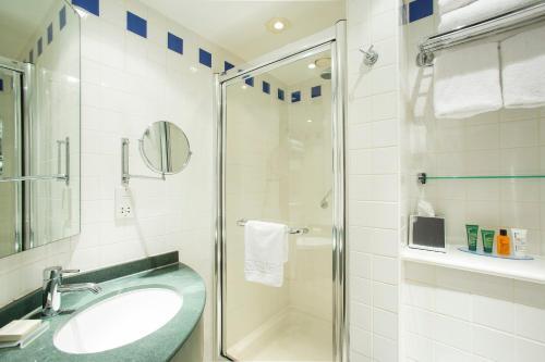 A bathroom at Hilton Garden Inn Glasgow City Centre