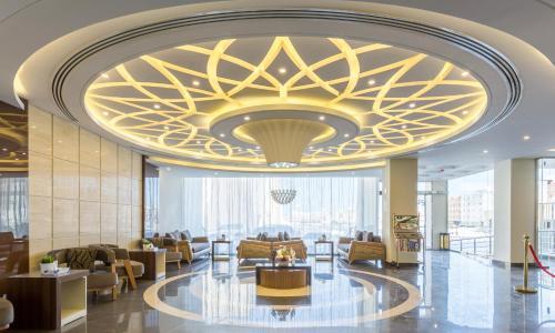 Um restaurante ou outro lugar para comer em Madeira Hotel Suites