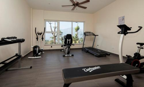 The fitness centre and/or fitness facilities at Sinclairs Retreat Kalimpong