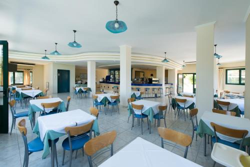 A restaurant or other place to eat at Santa Marina Hotel