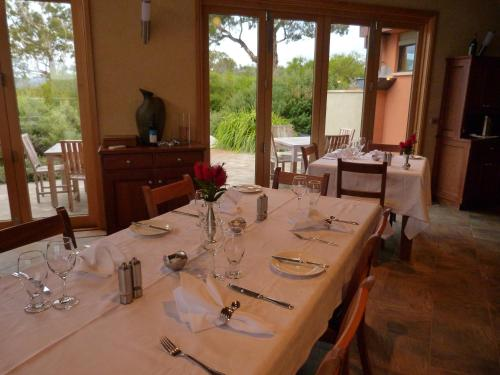 A restaurant or other place to eat at Meringa Springs
