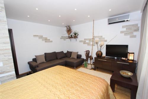 Телевизор и/или развлекательный центр в Apartment on Vesny, 7a by KrasStalker