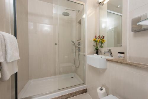 A bathroom at Park International Hotel