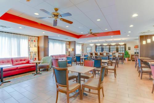 A restaurant or other place to eat at Hampton Inn Bellevue/Nashville I-40 West