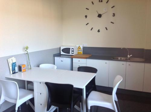 A kitchen or kitchenette at Albergue As Eiras
