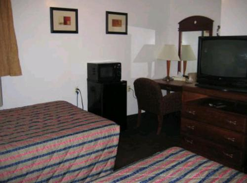 A television and/or entertainment center at Martin House Motel Brookfield
