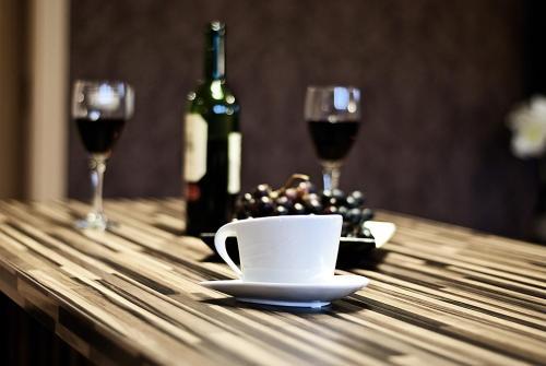 Zestaw do parzenia kawy i herbaty w obiekcie Apartament 44