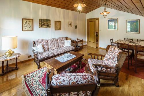 The lounge or bar area at Villa Ca Bonel - Stayincortina