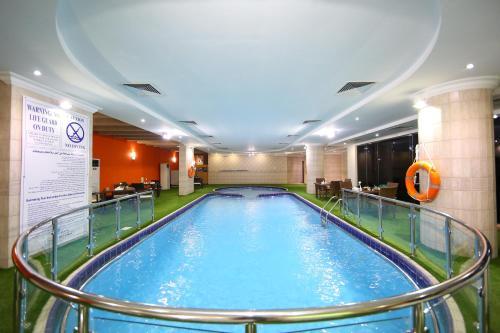 المسبح في Howard Johnson Dammam Hotel أو بالجوار
