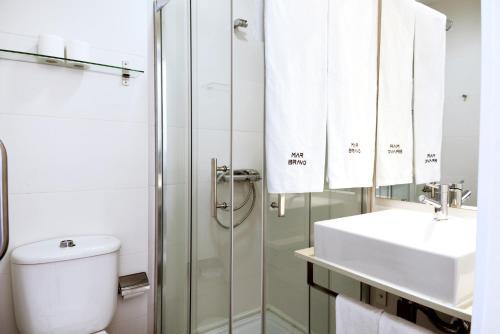 A bathroom at Hotel Mar Bravo