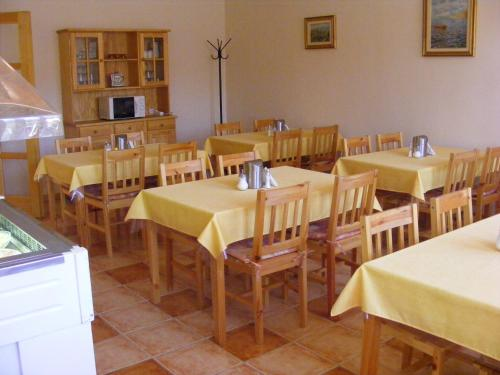 A restaurant or other place to eat at Karpatia Panzio