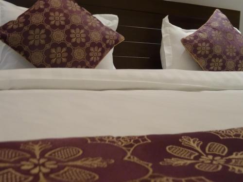 Cama ou camas em um quarto em Dar Hashim Hotel Suites - Al Sahafa