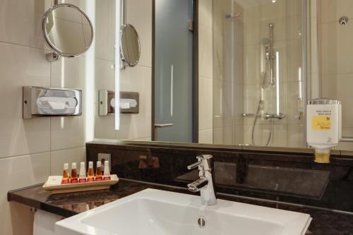 A bathroom at IntercityHotel Bonn
