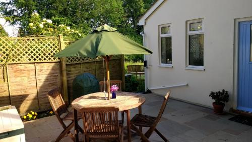 A porch or other outdoor area at Robin Hill Cottage
