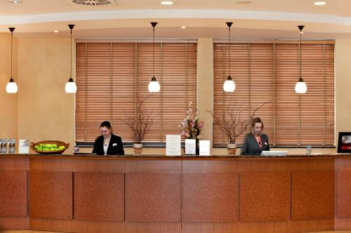 The lobby or reception area at IntercityHotel Bremen