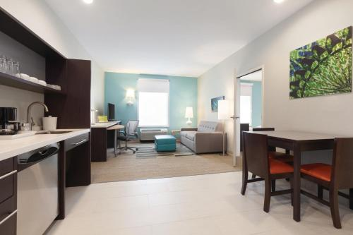 A kitchen or kitchenette at Home2 Suites by Hilton Amarillo