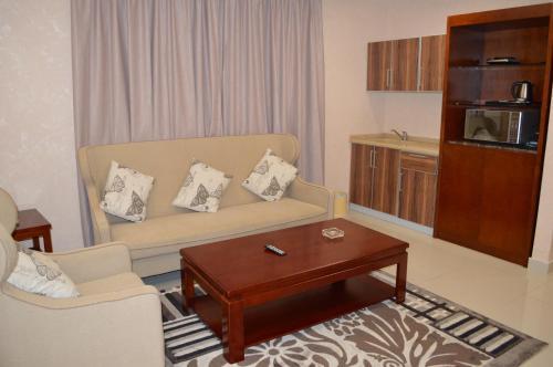 Uma área de estar em Dar Al Wedad Hotel