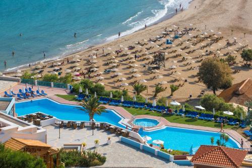 Θέα της πισίνας από το Fodele Beach Water Park Resort  ή από εκεί κοντά