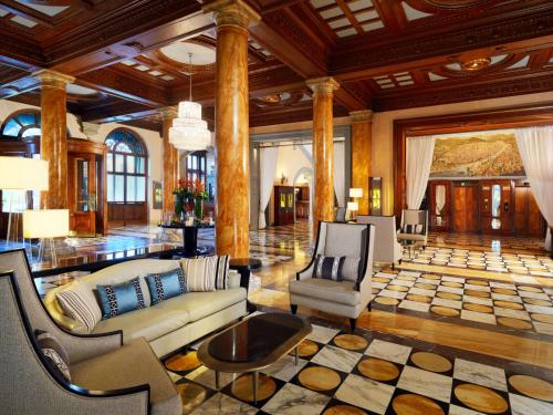 The lounge or bar area at The Westin Excelsior, Florence