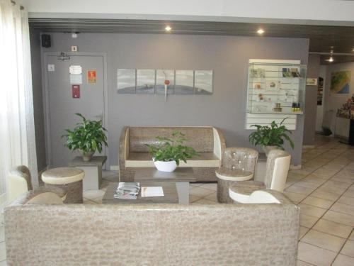 The lounge or bar area at Kyriad Hotel Montpellier Centre Antigone