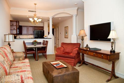 A seating area at Emerald Greens Condo Resort