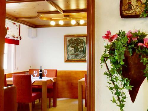 Ein Restaurant oder anderes Speiselokal in der Unterkunft Hotel Garni in der Breite