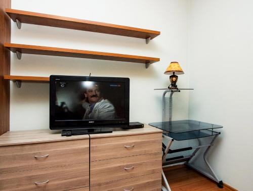 A television and/or entertainment centre at ApartLux Park Pobedy 2