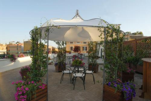 Un restaurante o sitio para comer en Atlante Garden Hotel