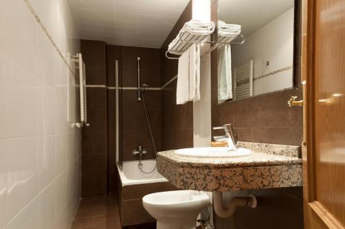 A bathroom at Hotel Cantón