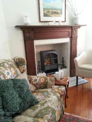 A seating area at Jolly Painter Bed and Breakfast