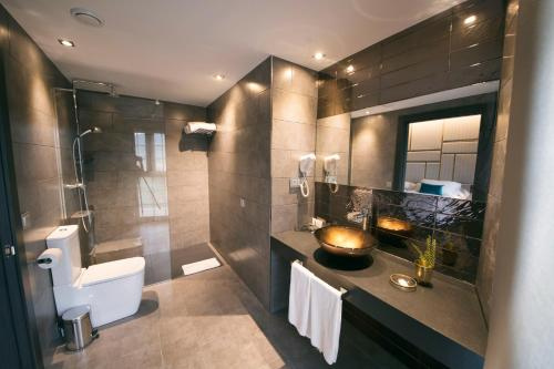 A bathroom at Pamplona Catedral Hotel