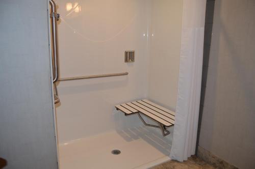 A bathroom at Cobble Creek Lodge