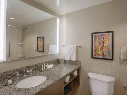 A bathroom at DoubleTree by Hilton San Francisco Airport North