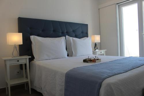 Uma cama ou camas num quarto em River Inn by AC Hospitality Management