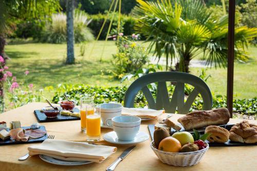 Options de petit-déjeuner proposées aux clients de l'établissement Auberge du Grand Chêne