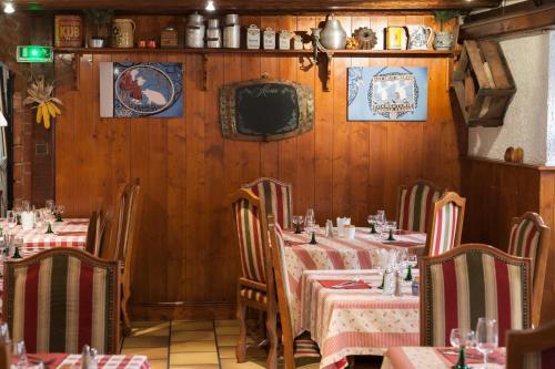 Ein Restaurant oder anderes Speiselokal in der Unterkunft Hôtel le Saint Nicolas