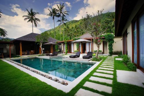 A garden outside Bale Mandala Villas
