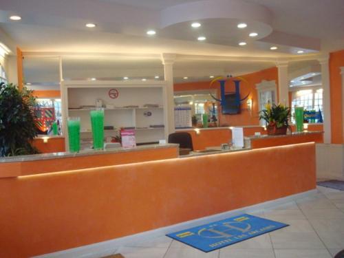 De lobby of receptie bij Hôtel Des Arcades