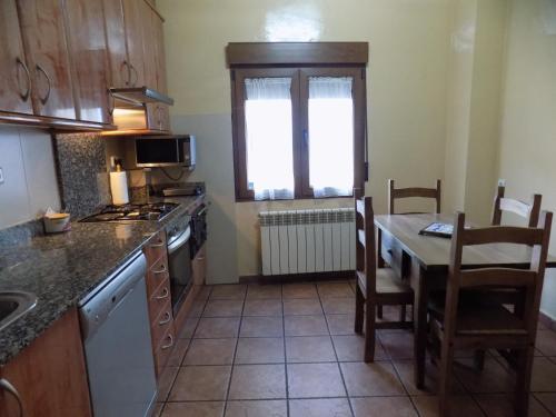 Una cocina o zona de cocina en Apartamentos Casa Ferrás