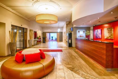 The lobby or reception area at Leonardo Hotel Karlsruhe