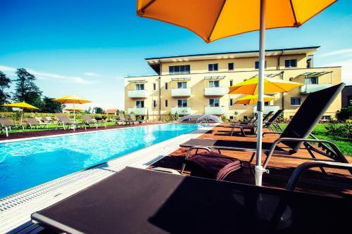 Der Swimmingpool an oder in der Nähe von Hotel Garni Toscanina - Adults Only