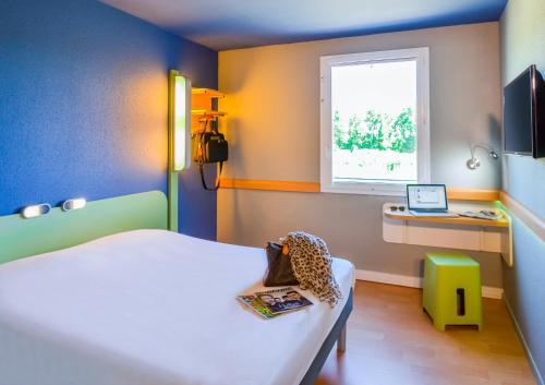Un ou plusieurs lits dans un hébergement de l'établissement Ibis Budget Porte de Camargue