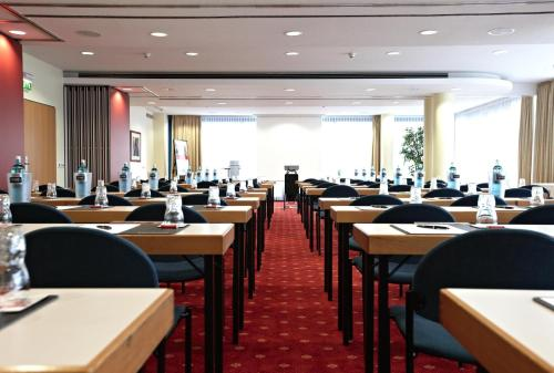 The business area and/or conference room at IntercityHotel Schwerin