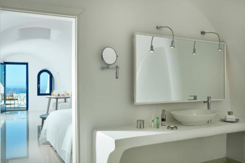 Katikies Chromata Santorini - The Leading Hotels of the World tesisinde bir banyo