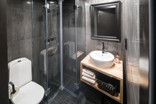 A bathroom at Arctic TreeHouse Hotel
