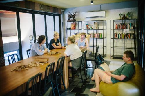 The lounge or bar area at Everyday Bangkok Hostel