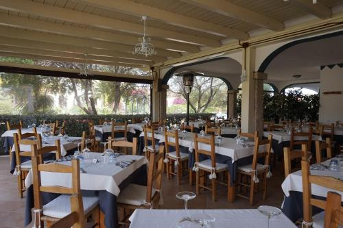 A restaurant or other place to eat at Hotel Il Platano